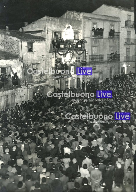 Foto 6 Comizio del Movimento Sociale Italiano al balcone di casa Spallino, nei primi anni '50 (gent. conc. Centro Polis)