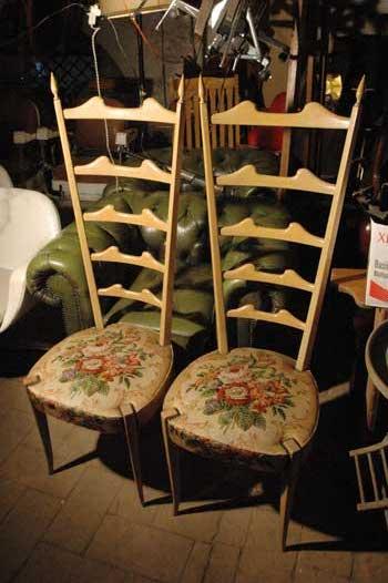 Coppia di sedie in legno con schienale alto seduta