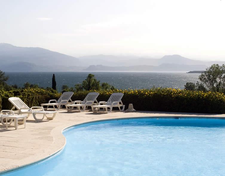 Residence con piscina a Desenzano  solarium e piscina per bambini