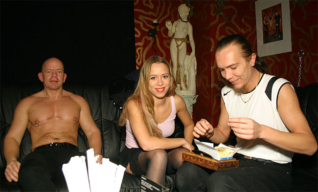 Devote Frau und Sklavin vor dem Pornocasting