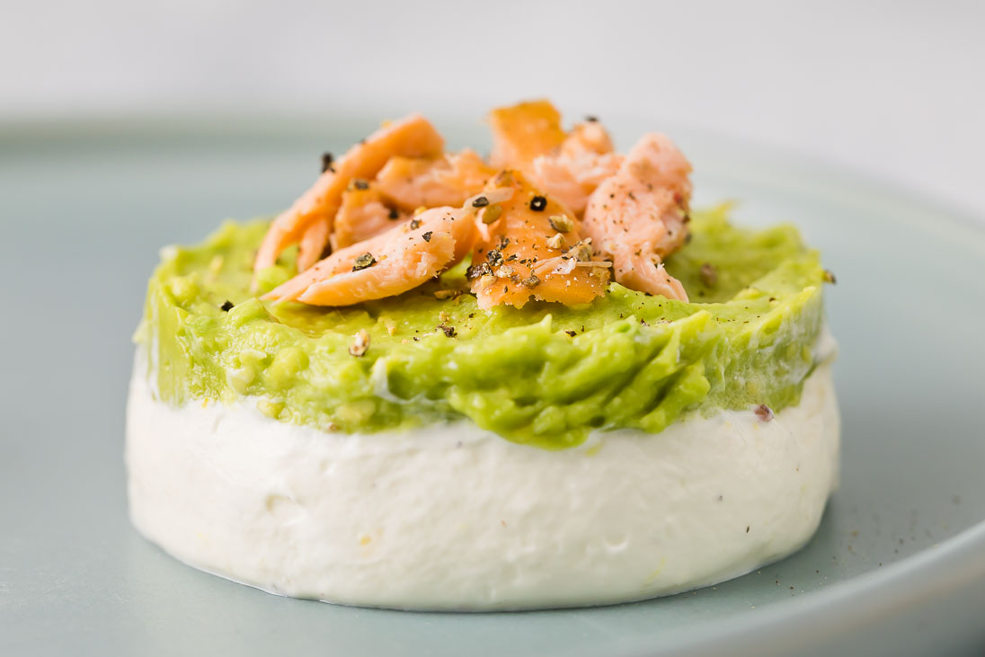 erfrischendes Joghurt Mousse mit Avocadocreme und geräuchertem Lachs casual cooking österreichischer food blog