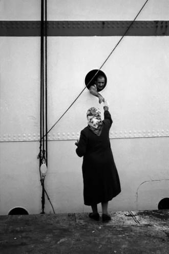 TURKEY. 1955. Saying good-bye on the Galata quay. Ara Güler / Magnum Photos