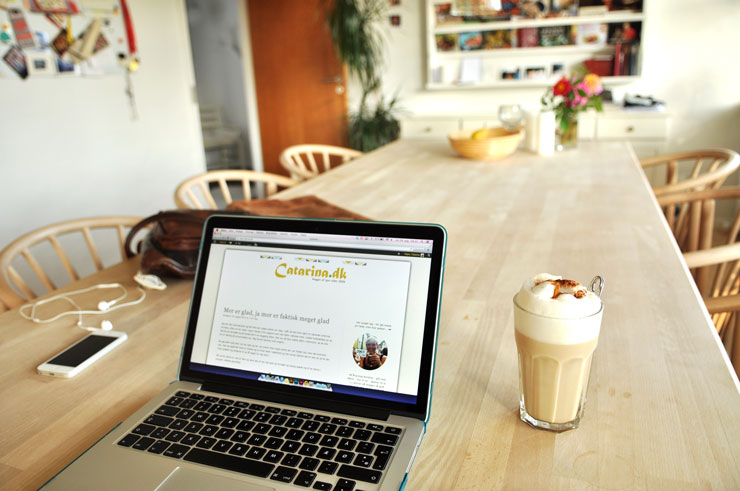 Nyder en Chai Latte indenfor