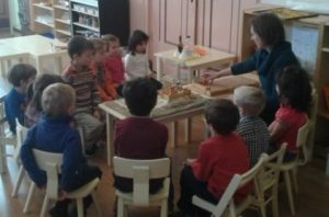 Leidse catechist met kinderen