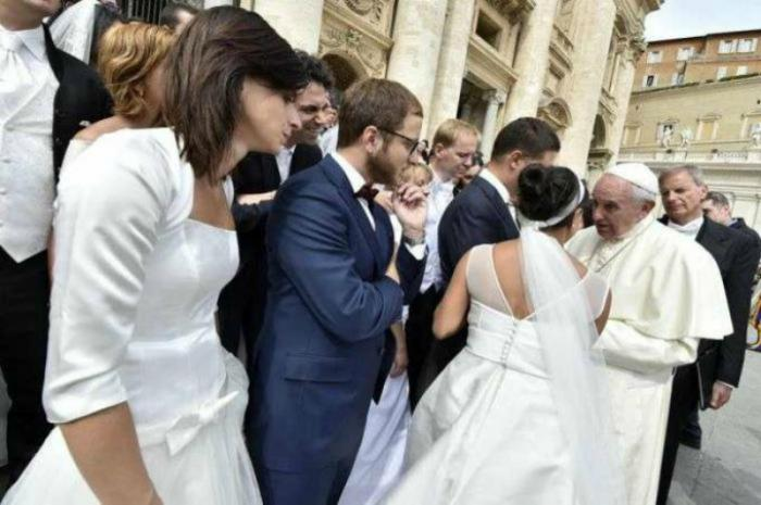 Newly married couples meet Pope Francis in St Peters Square during the general audience on Sept 9 2015.
