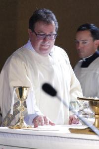 Dcn recién ordenado.  Gary Scott ayuda a preparar el altar para la liturgia de la Eucaristía los momentos después de ser ordenado diácono permanente el 5 de noviembre (Ambria Hammel / CATÓLICA SUN)