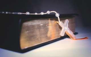 Bible avec un crucifix