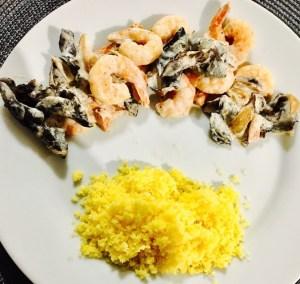 Présentation 'un plat de crevettes aux champignons noirs