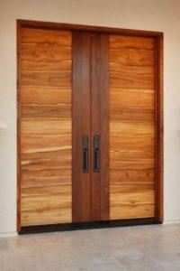 Finishing Pintu Kayu Jati Menggunakan Pernis