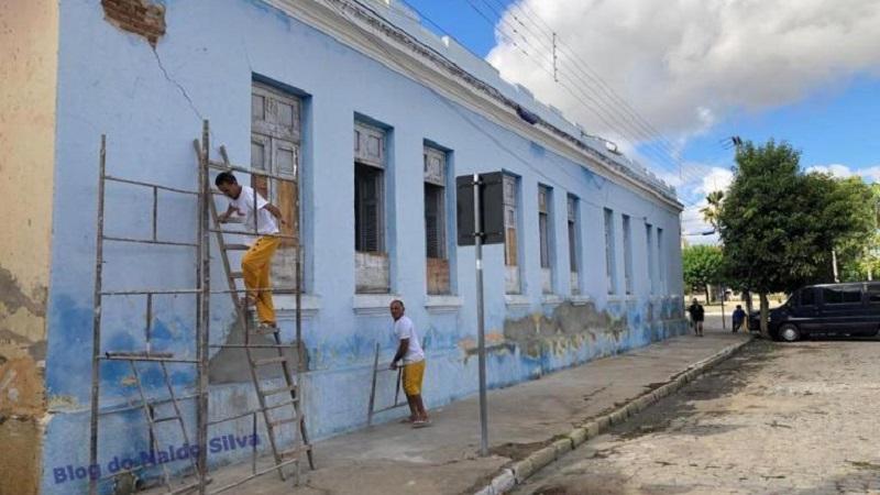 detentos de cadeia publica fazem servico de recuperacao de escola no sertao