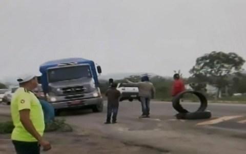 greve caminhoneiros bloqueiam br 230 em campina grande