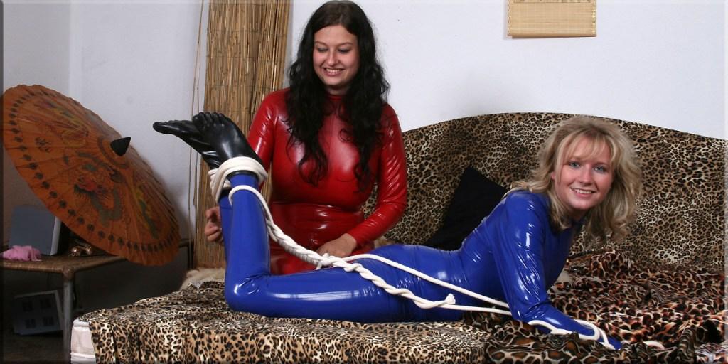Paulina mit Sandra in Bondage