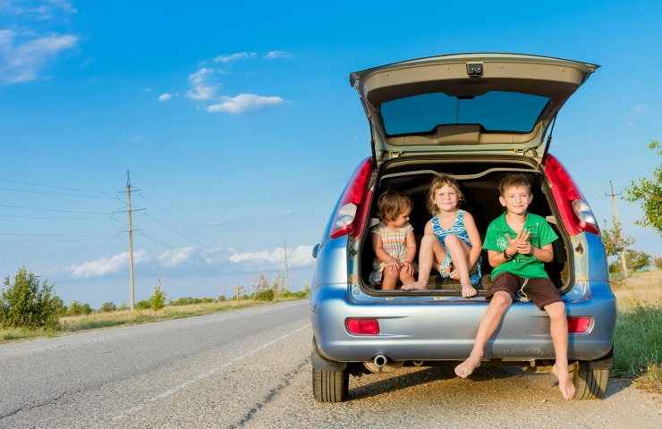 tips for amusing kids on long car journeys
