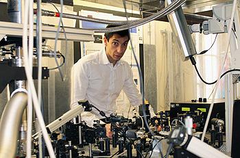 Francesco Banfi nei laboratori di Fisica a Brescia