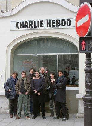 Des membres de l'équipe de Charlie Hebdo dont les dessinateurs Cabu, Charb, Riss, Tignous et Honoré Julien Berjeaut aka Jul and Catherine Meurisse posent devant les bureaux de l'hebdomadaire satirique, le 15 mars 2006 à Paris. Photo: JOEL SAGET / AFP
