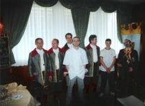 In primo piano: Tiziano Bertoni, chef del Ristorante Bertoni e il Personale di Sala in abito d'epoca.