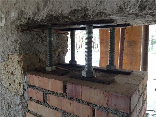Realizzazione pilastro in mattoni all'interno della muratura
