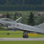 Caça Eurofighter da Áustria fica danificado durante aquaplanagem no pouso