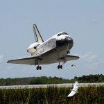 Atlantis retorna para Terra após sua última missão planejada