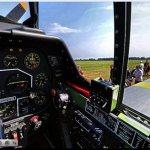 Imagem em 360° de dentro do cockpit de um caça Mustang