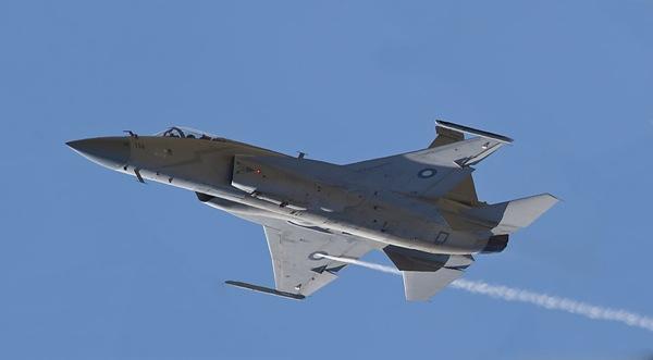 Um caça JF-17 Thunder durante apresentação no Dubai Airshow 2011.