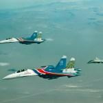 IMAGENS: Caças F-14 e F-4 do Irã escoltam os Su-27 Flankers dos Russian Knights