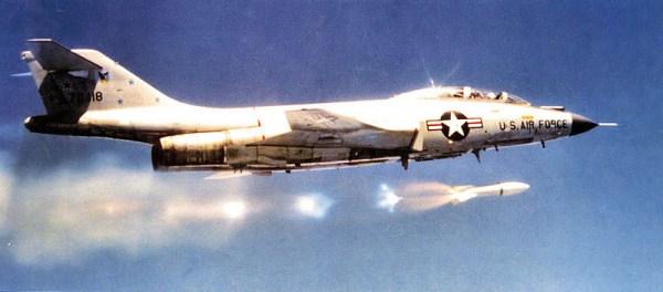 Ao todo foram construídos 480 interceptadores F-101B. Na foto acima, operando com o AIR-2A Genie. (Foto: warbirdregistry.org)
