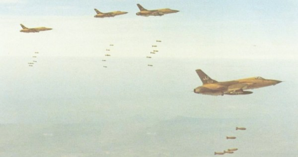 Bombardeio perto de Khe Sanh orientado por operadores de solo equipados de radar. (Foto: ausairpower)