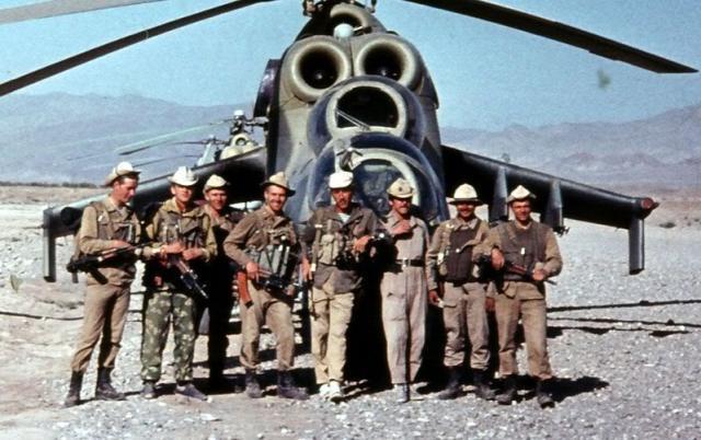 Cenas de guerra: Combatentes posam em frente um Mi-24. (Foto: pds24.egloos.com)