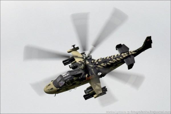 Num padrão de camuflagem que lembrava um réptil, o helicóptero Ka-52 Alligator foi uma das sensações em Le Bourget. (Foto: Marina Lystseva / Fotografersha)