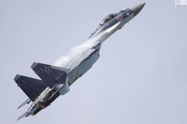 A demonstração em voo do Sukhoi Su-35S Flanker-E deixou impressioando o público no Paris Air Show.