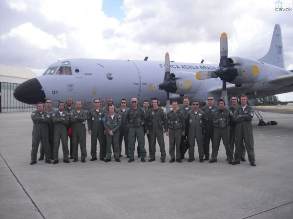 A tripulação do P-3AM e equipe do Esquadrão Orungan,durante o exercício PORBRA em Portugal. (Foto: Esquadrão Orugan)