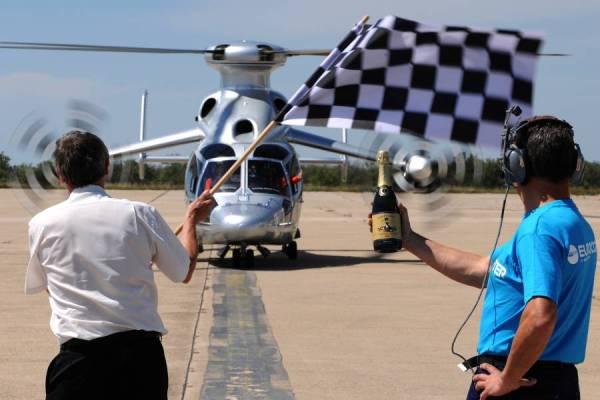 A equipe da Eurocopter celebrou o feito com uma champagne. (Fotos: Eurocopter)