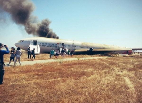 Imagem publicada no Twitter por um dos passageiros do voo, mostra pessoas saindo do Boeing 777 após acidente(Foto: Reprodução/Twitter/Eunner)
