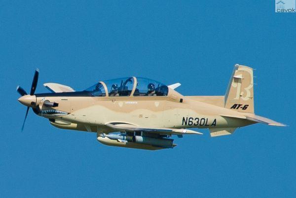O primeiro AT-6 de produção durante o seu voo inaugural em Wichita. (Foto: Hawker Beechcraft)