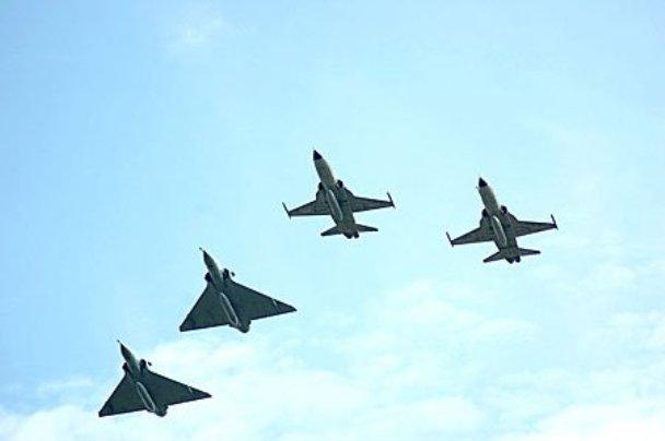 Mirage IIIEbr, designados F-103 na FAB, formam com antigos F-5E do Senta a Puá!