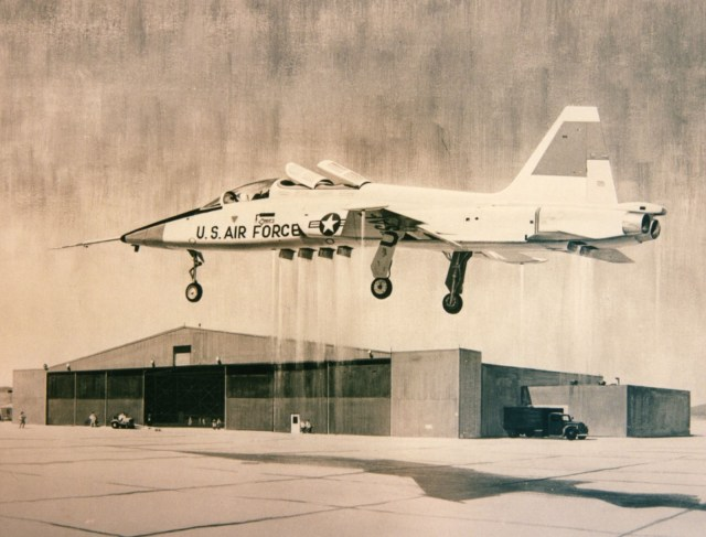 Observe a ponta da asa e a carenagem da cauda, com os propulsores para a estabilização quando em voo pairado. (Imagem: coleção particular)