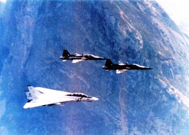 Um F-14 do esquadrão VF-84 - JOLLY ROGERS é escoltado por dois caças F-5E do 1º GAC em 1987. (Imagem: abra-pc)