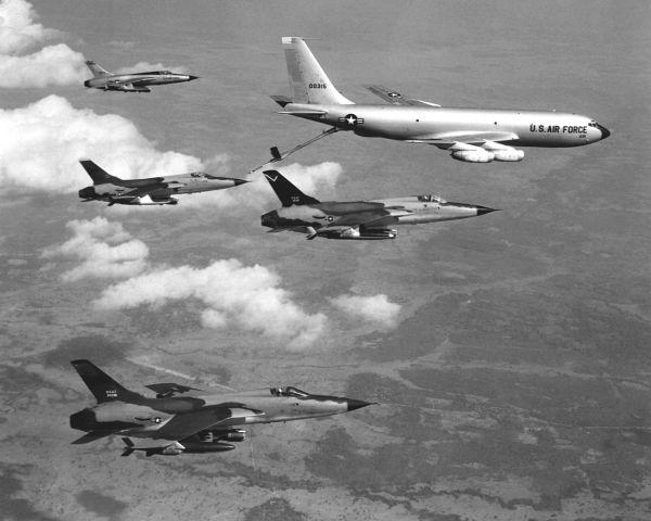 F-105D_Thunderchiefs_refuel