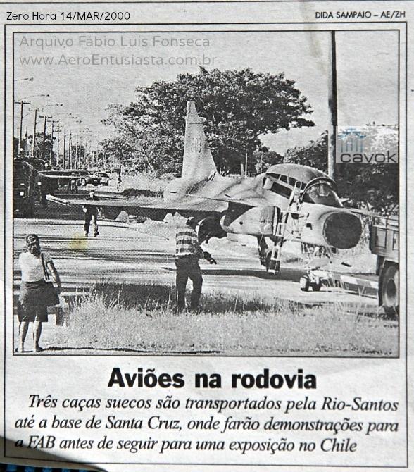 Destaque do jornal Zero Hora, mostrando as três aeronaves Gripen na rodovia Rio-Santos. (Colaboração Fábio Fonseca / www.aeroentusiasta.com.br)