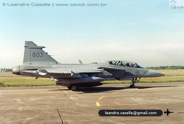 A aeronave JAS39 Gripen B (SAF 803) taxia na Base Aérea de Canoas, momentos antes de seguir para Santiago do Chile. (Foto: Leandro Casella / Cavok Brasil)