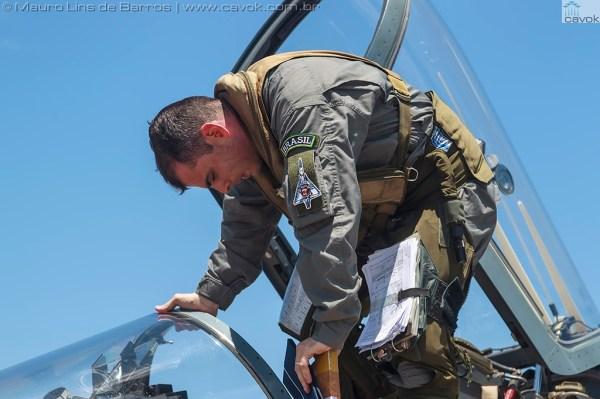 O Capitão Ramalho, do 1° GDA, em dois momentos, na chegada ao MUSAL em dezembro e no dia 25 de abril, na incorporação da aeronave ao acervo. (Fotos: Mauro Lins de Barros / Cavok)