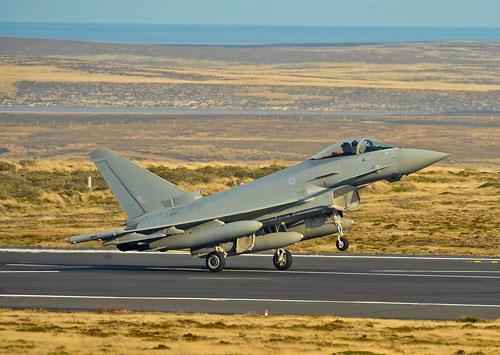 16/09/2009: O Typhoon FGR.4, # ZJ950 foi o primeiro a pousar.