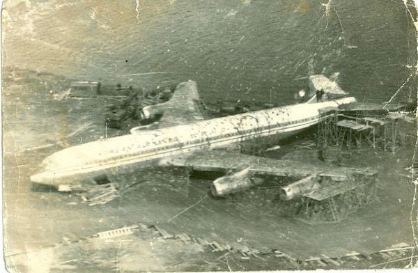 KAL 902 sendo desmontado pelos soviéticos.