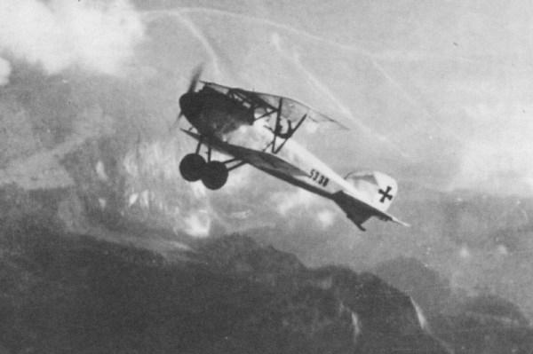 ALBATROS D (1916-18). Desenvolvido a partir de um modelo de corrida, o D I era destinado a fazer frente aos D.H.2, B.E.2 e aos Nieuport. Depois do D I veio o D II com uma nova disposição de asas e melhor visibilidade ao piloto. O D III, que adotou algumas soluções do Nieuport, apareceu em 1917 e foi o melhor dos Albatros. Até o aparecimento do Sopwith e do Camel, ele dominou os céus. O Barão Vermelho (Von Richtofen) conseguiu muitas vitorias com este caça. O modelo D V era inferior ao D III.