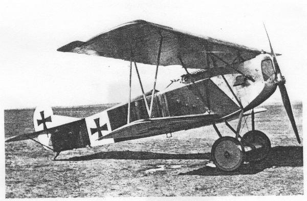 FOKKER D VII (1918). O melhor avião de caça da Alemanha. Venceu o concurso do Ministério da Guerra em janeiro de 1918 e entrou em combate em abril. A época do armistício, 48 esquadrilhas operavam o caça. A primeira unidade a entrar em combate foi sob o comando do Barão Vermelho. Com a morte de Richtofen, assume no seu lugar, H. Goering.