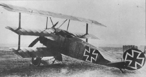 FOKKER Dr. I (1917). Unico avião de caça triplano (Dr. significa dreidecker, ou seja, triplano em alemão). Sua maior fraqueza era a sua estrutura alar, que limitou a sua produção a apenas 300 aparelhos. A fama do Dr. I advém de seu lendário comandante, o Barão Vermelho.