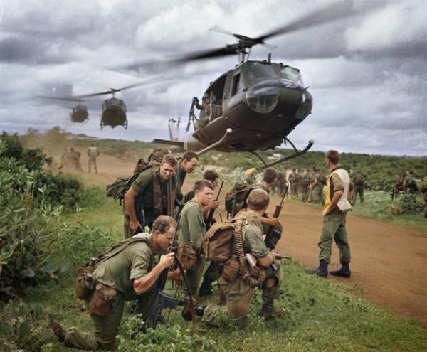 Helicópteros Huey da RAAF realizando extração de soldados australianos após a Oparação Ulmarra, em agosto de 1967.
