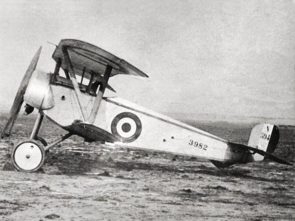NIEUPORT 11 BéBé (1915). Este avião, desenvolvido a partir do avião de corrida de Gustave Delage para a Taça Gordon Bennett de 1914, foi o primeiro caça aliado capaz de enfrentar os Fokker E. Foi o avião dos ases Ball, Bishop, De Rose, Navarre, Nungesser e Baraca.