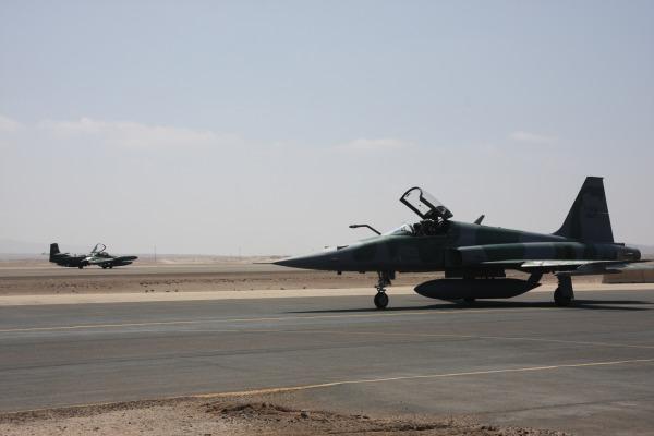 F-5 da FAB e A-37 se preparam para decolar.